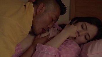 หนุ่มญี่ปุ่นเงี่ยนจัดแอบมาจับลูกเลี้ยงคนสวยเย็ดหีกลางดึกจับถอดเสื้อดูดนมจนเธอยอมให้เย็ดแบบง่ายๆ
