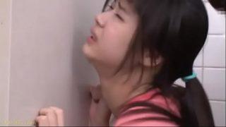 หนังโป๊เกาหลี เด็กวัยรุ่นสาวสวยสุดๆดวงซวยจัดโดนตาแก่บ้ากามโครตเงี่ยนฉุดเข้าไปเย็ดหีในห้องน้ำริมทางคาชุด
