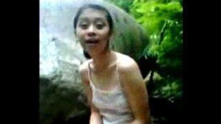 คลิปหลุด เด็กวัยรุ่นสาวไทยหน้าตาพอใช่ได้แอบนัดแฟนหนุ่มไปแก้ผ้าเย็ดกันที่น้ำตกตอนกลางวันแสกๆใจกล้ามากๆ