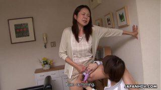 asianxxxแม่บ้านสาวญี่ปุ่นหุ่นอวบเอ็กร่านสุดๆหลานชายก็ไม่เว้นต้องลากมากินให้ได้ถึงจะพอใจ