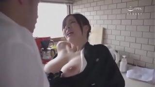 javxxxสาวญี่ปุ่นงานดีนมใหญ่ๆสวยมากๆโดนน้องเขยตัวแสบบ้ากามแอบลากไปเย็ดหีในห้องครัว