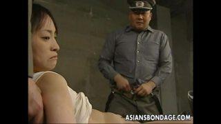 javxxxแม่บ้านสาวญี่ปุ่นหน้าตาดีสวยใช่ได้โดนนายทหารยศใหญ่บ้ากามลากไปลงแขกในห้องขัง