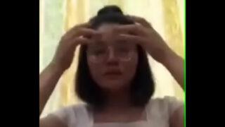 คลิปลับน้องแว่นวัยรุ่นสาวไทยหน้าบ้านๆรับคอลเสี่ยวกับหนุ่มใหญ่บอกเลยว่าน้องครางได้อารมณ์สุดๆ